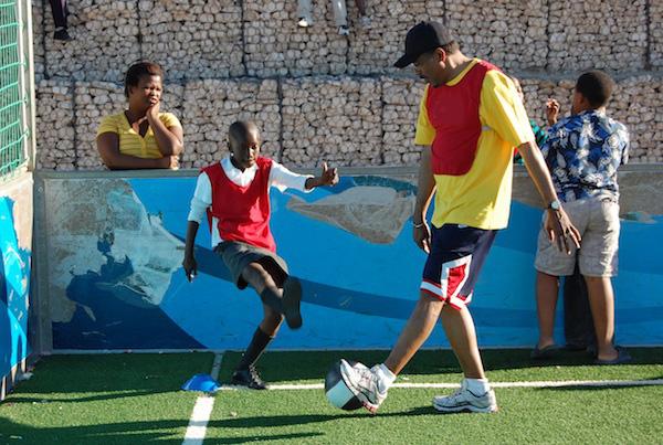 UNAIDS Executive Director Michel Sidibé participates in a Skillz Street intervention w