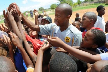 kaizer chiefsu002639 captain jimmy tau joins the fight against aids soccer laduma news kaizer chiefs 425x283